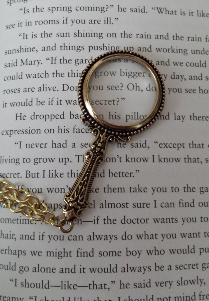 Reading Magnifying Glass Pendant