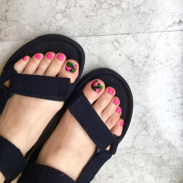 Dazzling Green Toe Nail Art