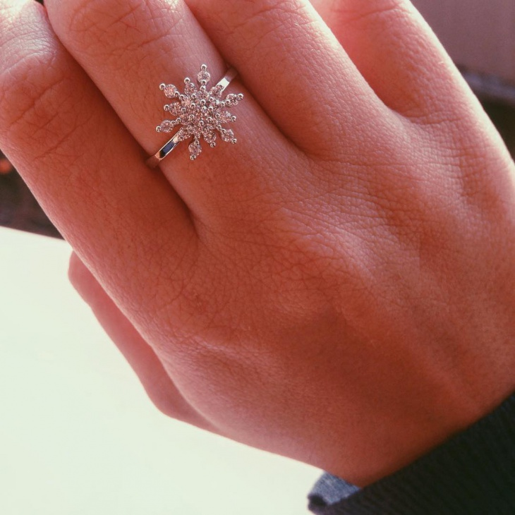 silver snow flake ring design