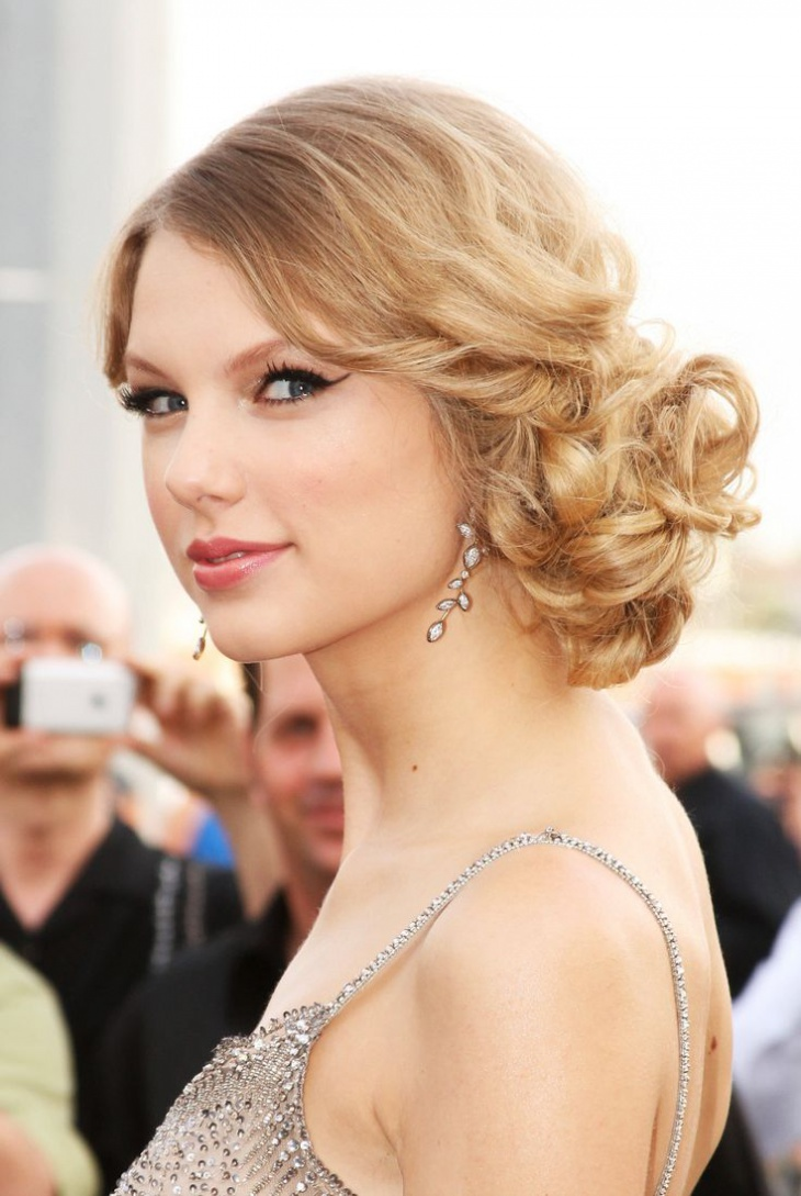 Taylor Swift Low Curly Bun Hairstyle