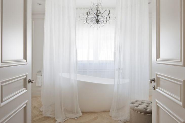 Small Bathtub With Chandelier Idea