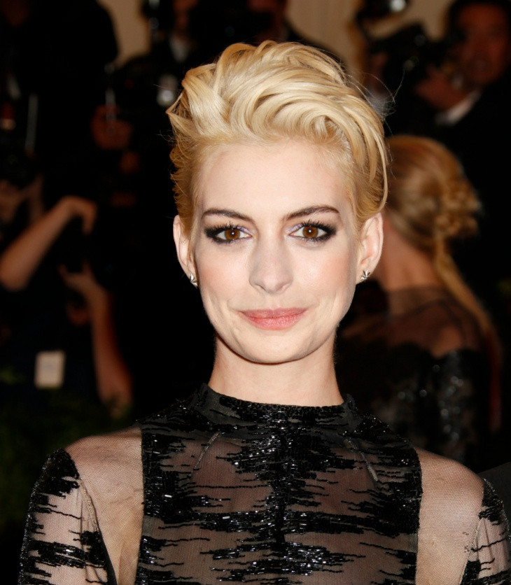 anne hathaway blonde brush up hairstyle idea