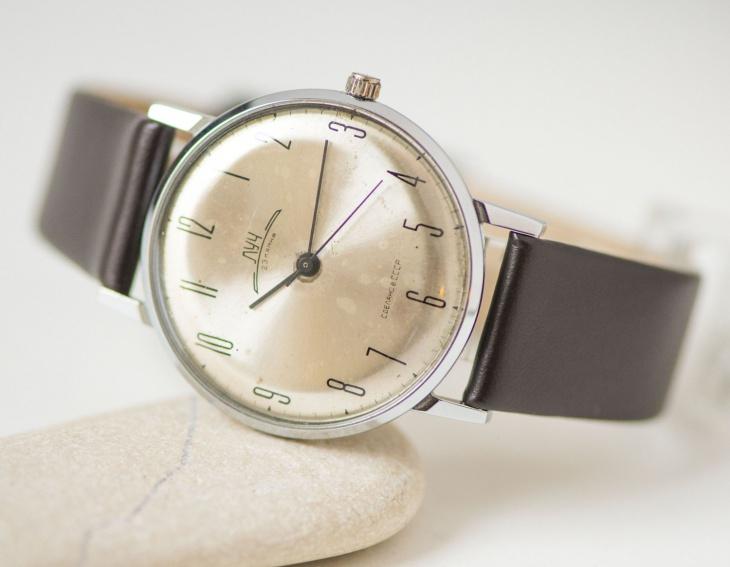 Sleek Minimal Watch Design