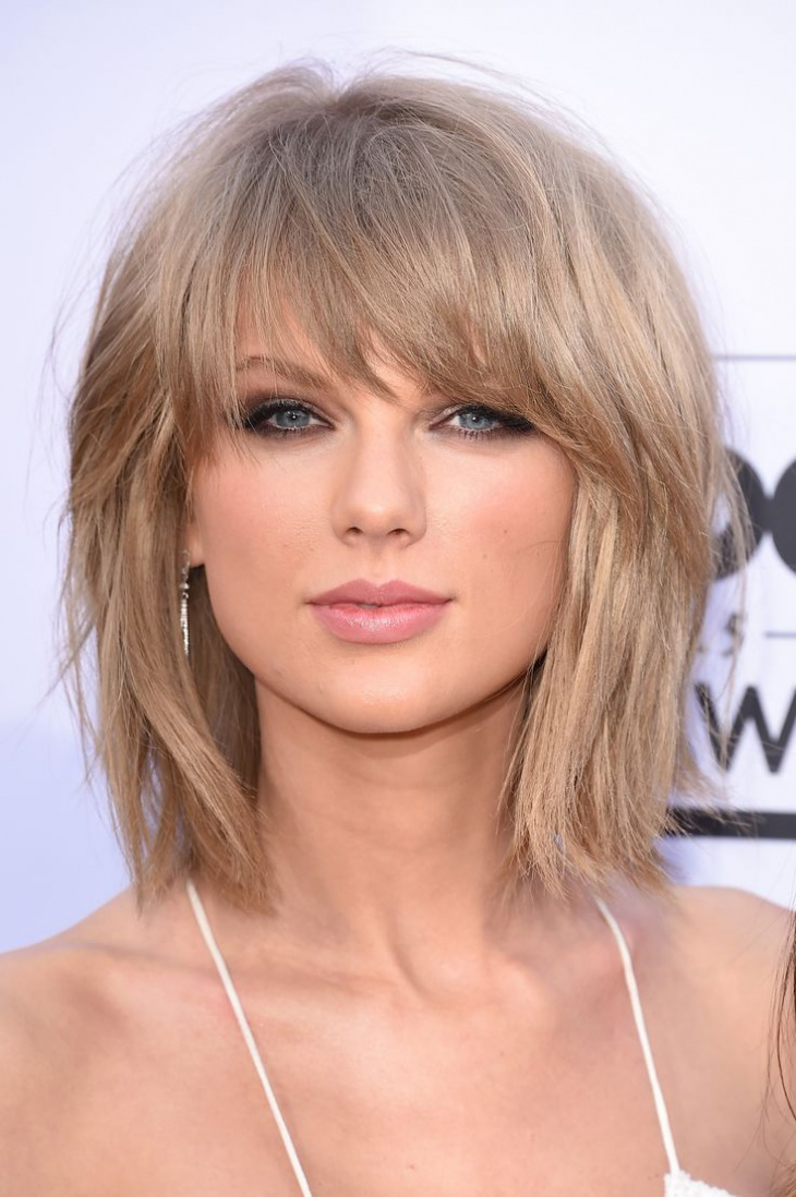 taylor swift feathered bob with bangs