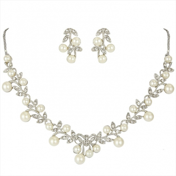 Pretty Leaf Necklace Design