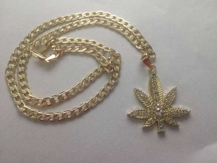 Beautiful Leaf Necklace Idea