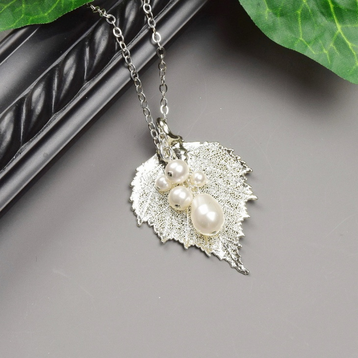 Elegant Leaf Necklace with Pearls