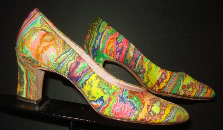 retro style psychedelic pumps