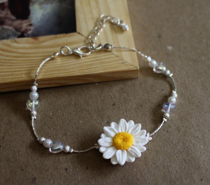 Pretty Daisy Bracelet Idea