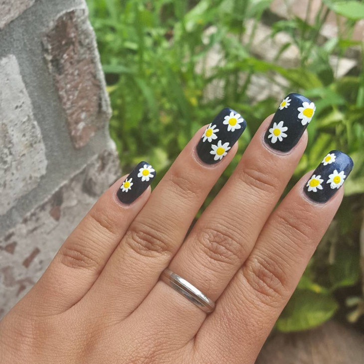 white daisy nail art