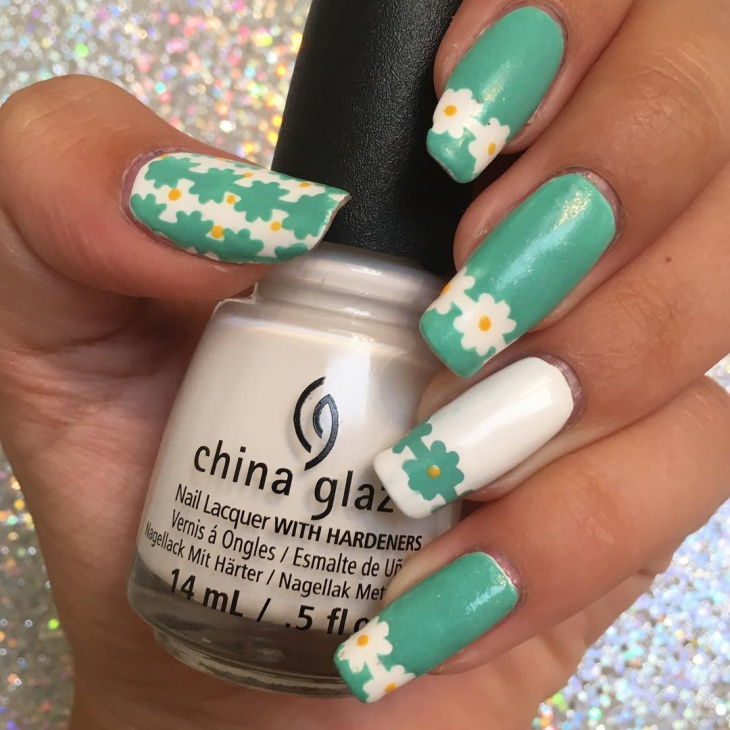 accent daisy nail art design