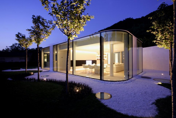 Courtyard Glass House Design