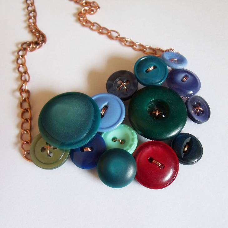 button bib necklace