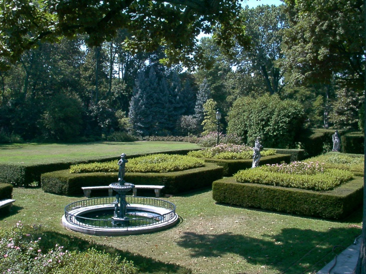 Large Garden Statue Design