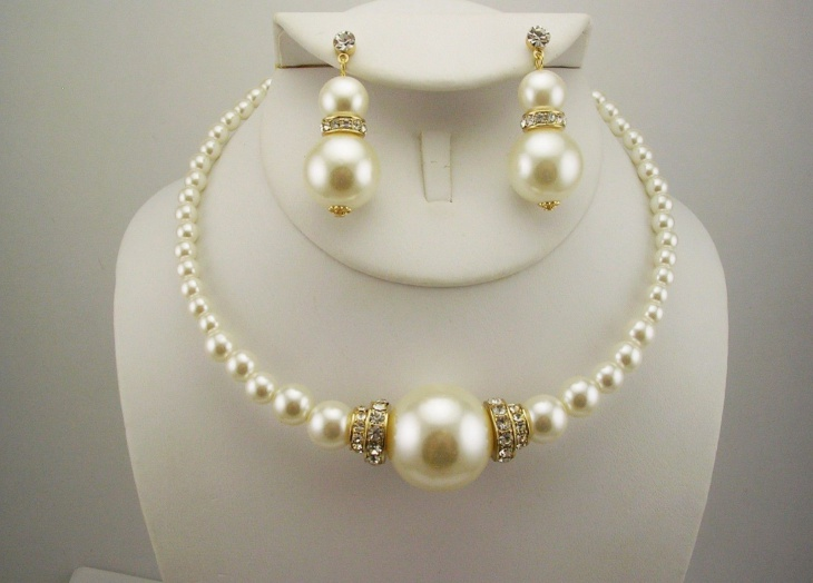 pearl choker necklace model