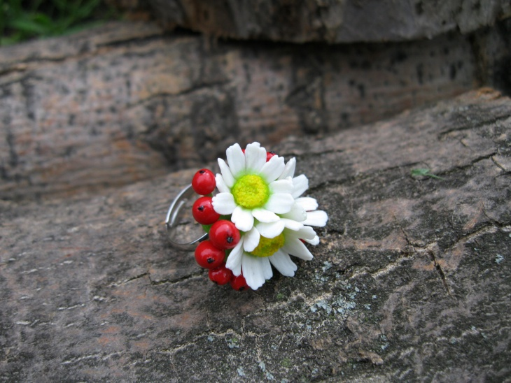red and white daisy ring