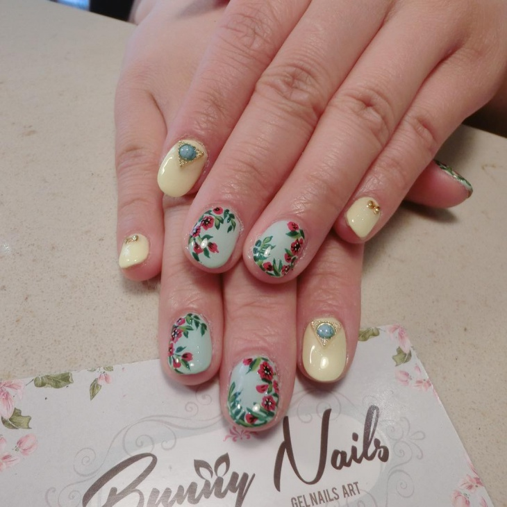 cute spring flower nail design