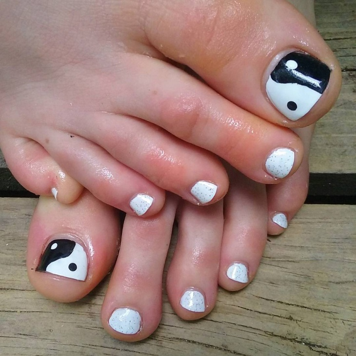 black and white toe nail art design