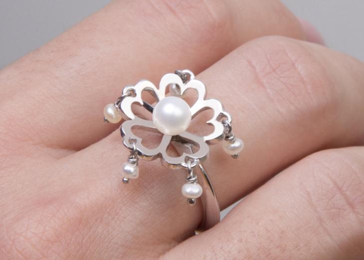 silver dangle ring model