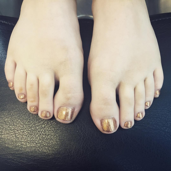 gold glitter toe nail design