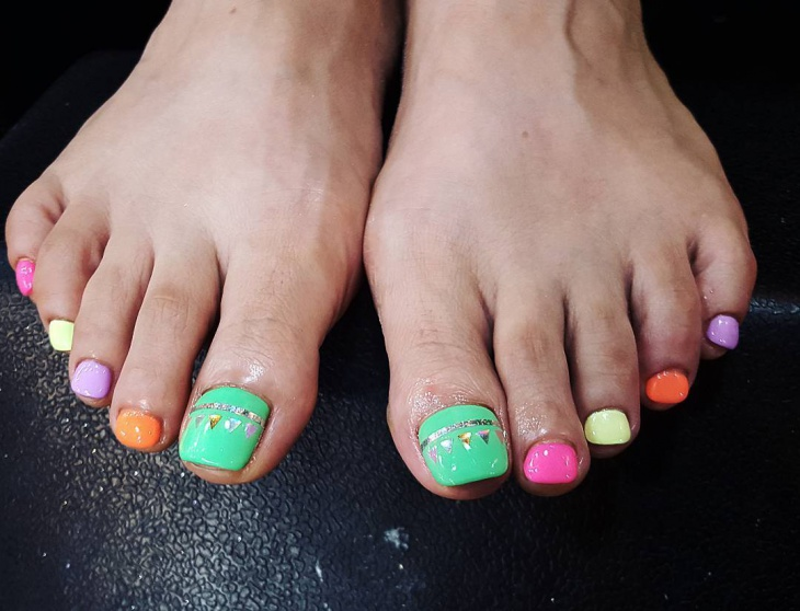 Cute neon toe nail design