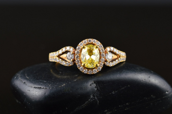 3 stone oval diamond ring