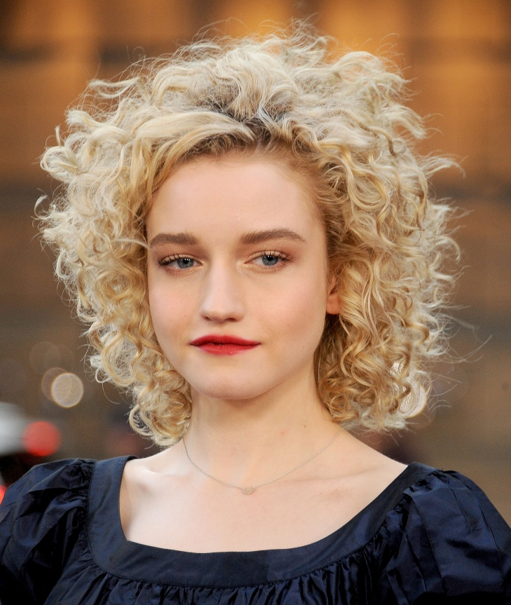 Julia Garner Short Curly Hairstyle for Christmas