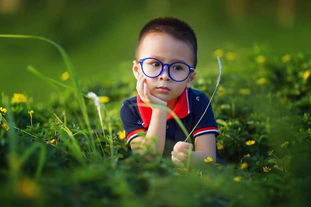 kid grass portrait photography