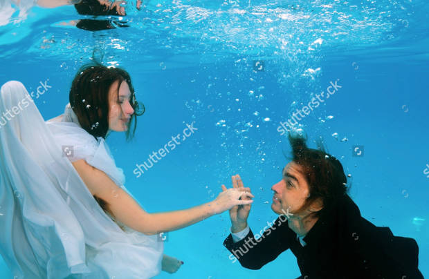 underwater wedding couple photography
