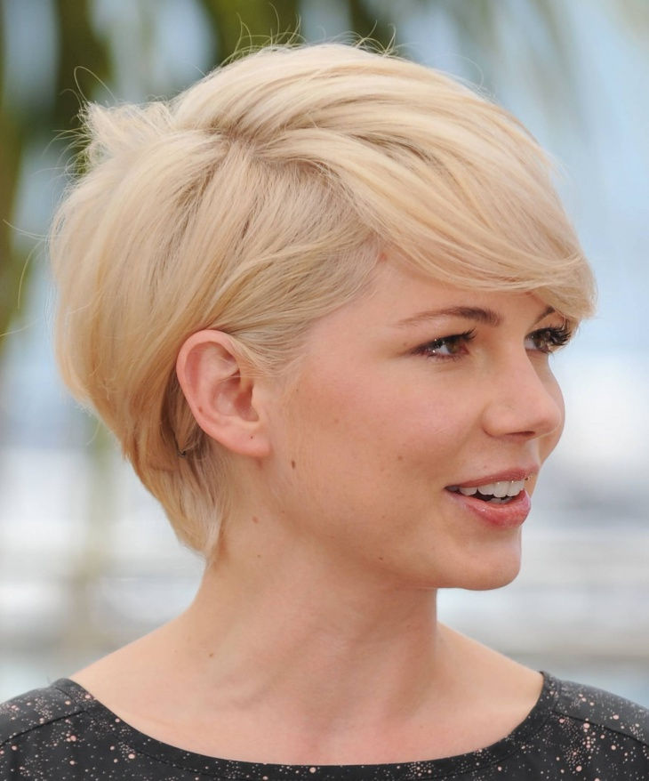 michelle williams short blonde bob haircut with side bangs