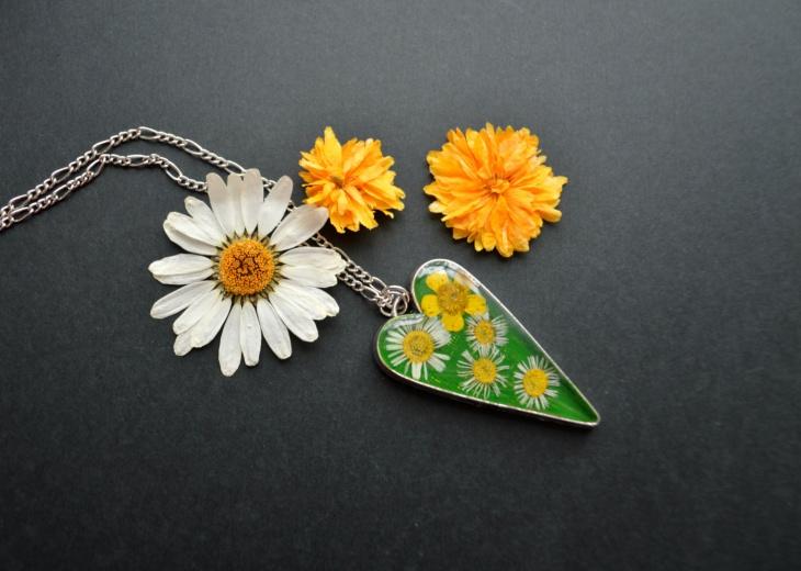 crystal daisy pendant necklace design