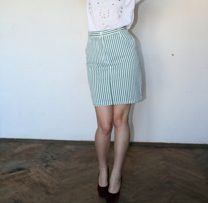striped mini green skirt outfit
