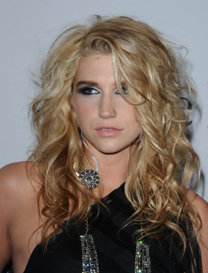 kesha medium length messy hairstyle