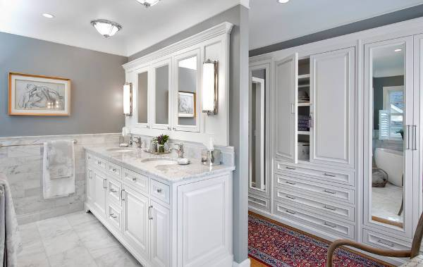 white mirrored vanity lighting idea