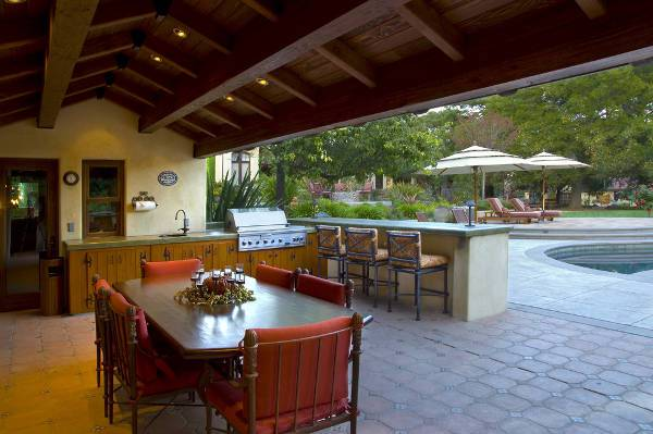 outdoor patio wet bar