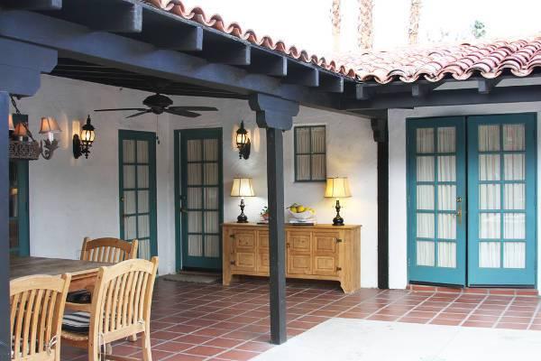 traditional patio sideboard idea