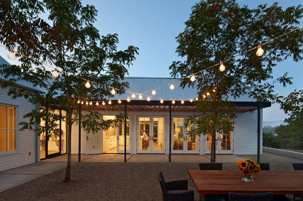 outdoor restaurant lighting idea