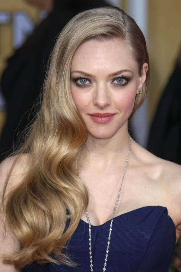 amanda seyfried long side swept hairstyle