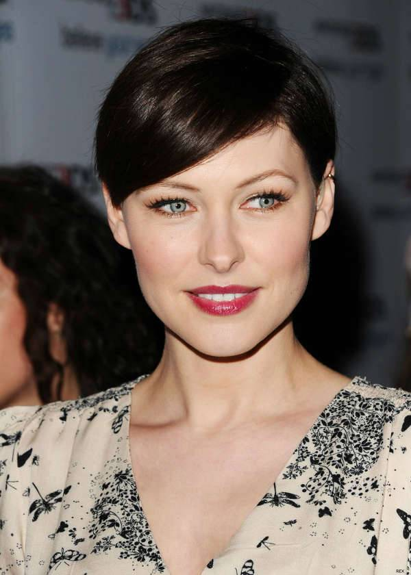 emma willis short side swept hairstyle